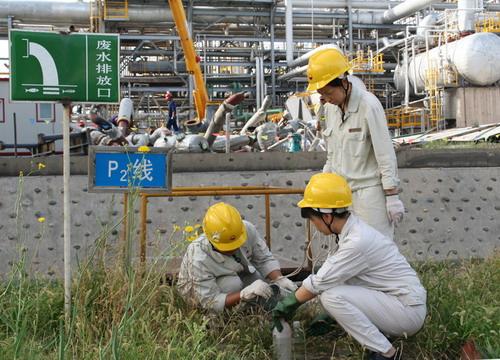 图为乙烯厂污水化验员工在污水排放口取样.特约记者 张太亭 摄-中国