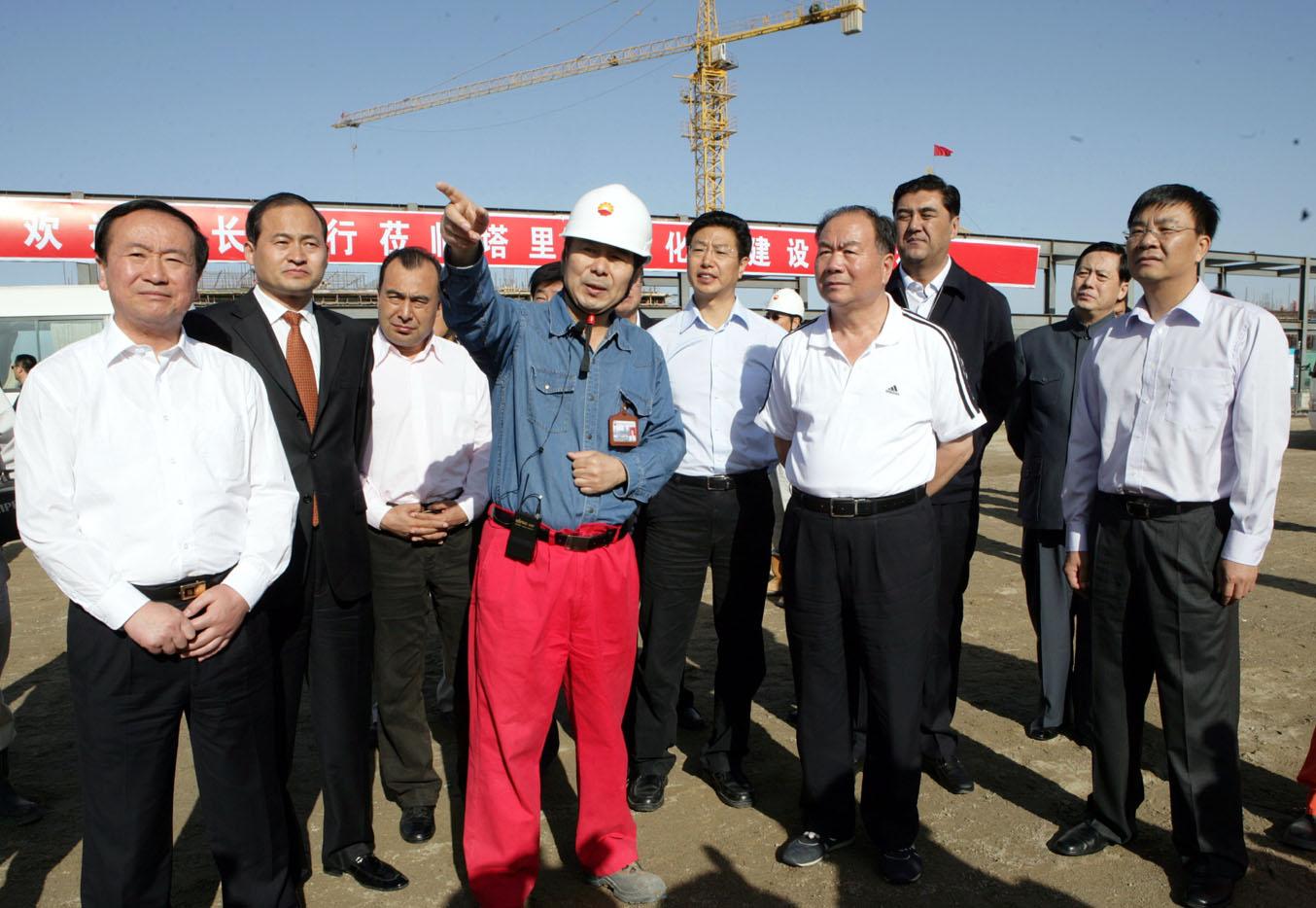 塔里木油田广大工程建设人员要继续抓好工程施工和