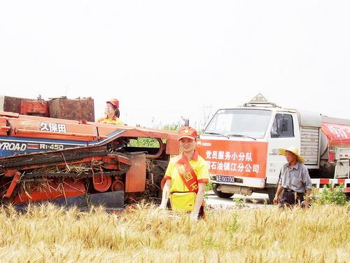 农民拖拉机,联合收割机在山东省境内中国石油加油站