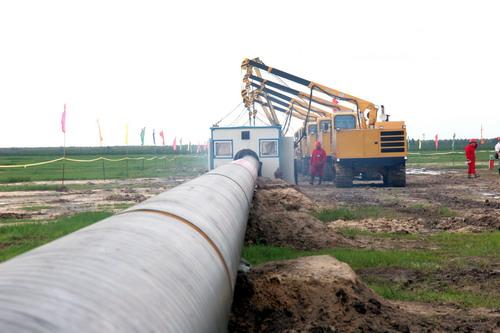 林源末/图为漠大线林源末站机组正在施工。