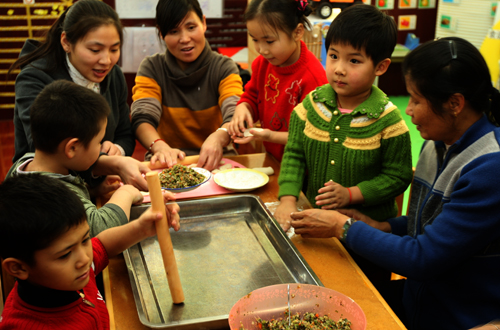 """克拉玛依市白碱滩区中兴幼儿园""""亲情饺子""""迎新年"""