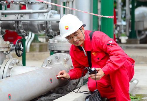 图为1月13日,员工在用超声波测厚仪测量压力管道壁厚.彭刚 摄