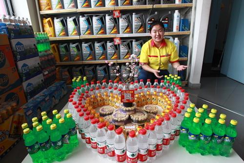 员工把畅销饮品摆成各种图案后,销量大幅增加.图片