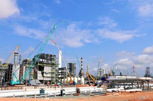 目前,厂内钢结构安装,管线焊接全面铺开,厂内电焊工力量明显不足,因